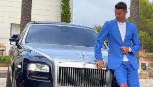Cristiano Ronaldo posa junto a su auto