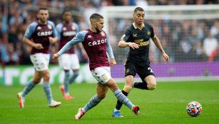Emiliano Buendía en acción con el Aston Villa