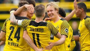Jugadores del Dortmund festejan un gol