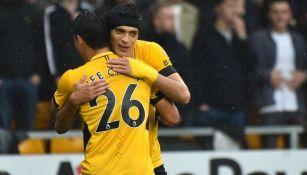 Raúl Jiménez festejando un gol con Hwang