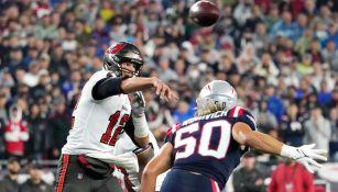 Brady lanza el ovoide contra los Pats