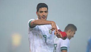 Raúl Jiménez en partido con la Selección