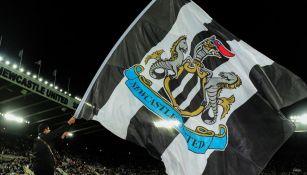 La bandera del Newcastle United es ondeada previo a un juego