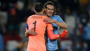 Cavani y Ospina tras el partido entre Uruguay y Colombia