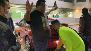 Elementos de seguridad revisando a los aficionados mexicanos