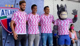 Jugadores del Atlante posan con la nueva camiseta