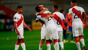 Los jugadores peruanos celebrando un gol