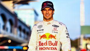 Sergio 'Checo' Pérez posa con la indumentaria de Red Bull
