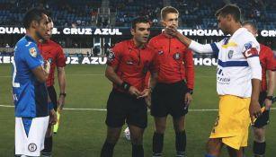 Los capitanes de los equipos previo al encuentro