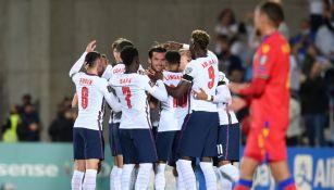 Jugadores de Inglaterra celebran anotación frente a Andorra