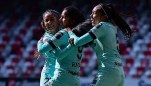Jugadoras de Toluca festejando un gol a favor