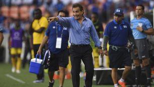 Carlos de los Cobos en un partido con El Salvador
