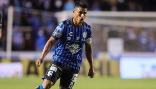 Osvaldo Martínez durante un duelo con Querétaro