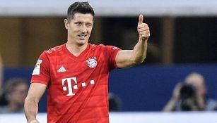 Robert Lewandowski durante un duelo con el Bayern Munich