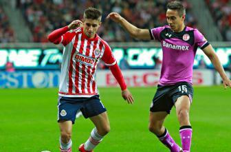 Brizuela conduce el balón ante marca de Gerardo Rodríguez