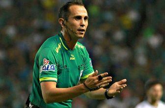 Luis Enrique Santander da indicaciones durante un juego