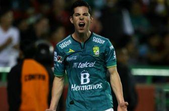 Marco Bueno festejando un gol con León
