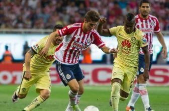 Brizuela disputa el balón con Quintero en el Clásico Nacional