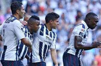 Jugadores de Monterrey festejan un gol contra Puebla