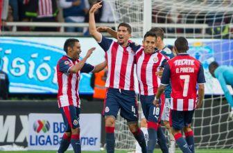 Jugadores de Chivas festejan el tanto de Calderón