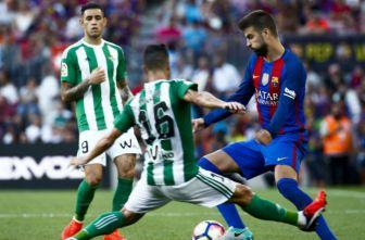 Gerard Piqué controla el balón en juego contra Betis