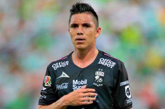 Efraín Velarde en el partido contra Santos
