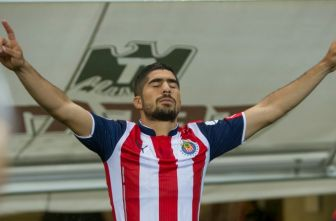 Pereira saltando a la cancha durante un partido de Chivas