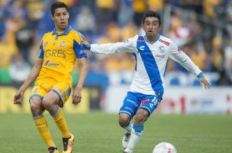 Hobbit Bermúdez conduce el balón en juego del Puebla
