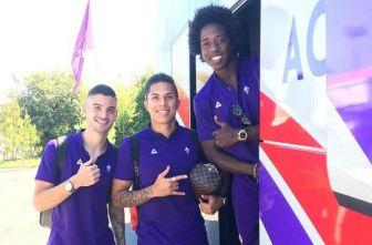 Carlos Salcedo posa junto a sus compañeros de la Fiorentina