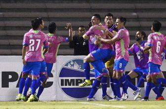 Los jugadores de Alebrijes festejan tras el gol de Fernández