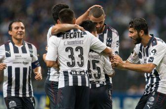 Jugadores de Rayados festejan un gol contra Don Bosco