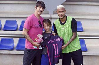 Anthony Kiedis y su hijo posan junto a Neymar