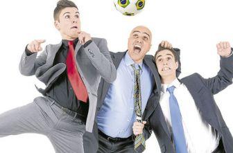 'Godínez' disputan un balón... en la oficina