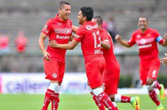 Carlos Esquivel festeja la anotación con sus compañeros