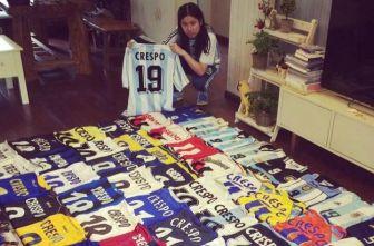 La fanática de Crespo con su colección de playeras