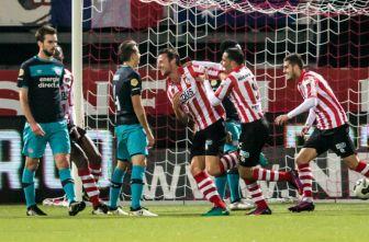 Juagdores del Sparta Rotterdam celebran gol contra el PSV