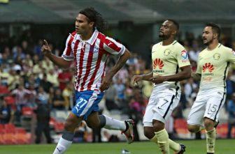 Carlos Peña en festejo de gol en el Clásico