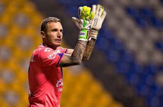 Cristian Campestrini aplaude durante un partido de Puebla