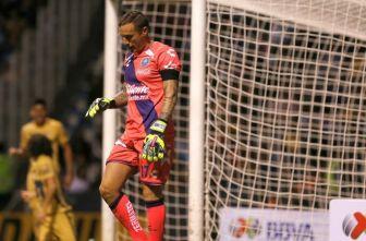 Campestrini se lamenta durante un partido del Puebla