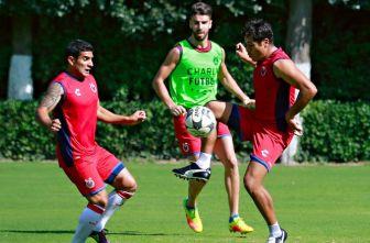 Javier Orozco y Martín Bravo pelean un balón en el entrenamiento de Veracruz