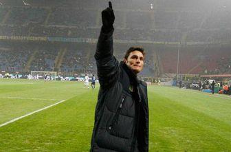 Javier Zanetti saluda a los aficionados