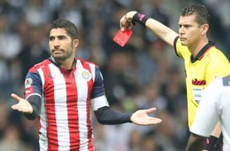 Pereira se lamenta tras ser expulsado por el árbitro