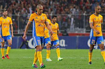 Jugadores de Tigres cabizbajos tras la primera mitad del juego contra Atlas