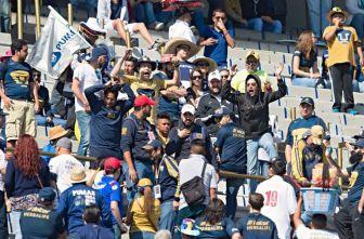 Aficionados de Pumas animan a su equipo en el juego contra Cruz Azul