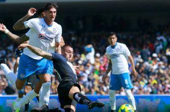 Peñalba y Castillo disputan un balón en el juego Pumas vs Cruz Azul