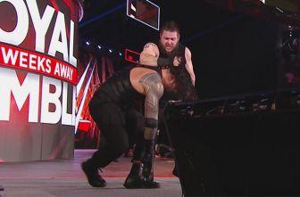 Momento en que Kevin Owens golpea a Roman Reigns