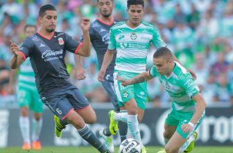 David Cabrera defiende el esférico en un duelo contra Santos