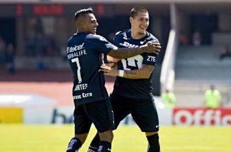 Cortés y Castillo festejan un gol de Pumas frente a Xolos
