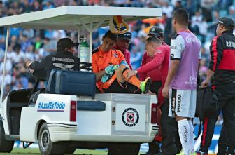 Ustari se retira de la cancha tras sufrir lesión