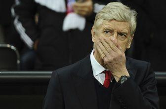 Arsene Wenger luce preocupado en juego de Champions entre Arsenal Bayern